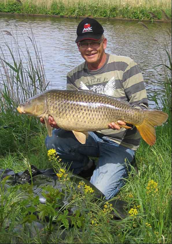 Pescador con carpa gigante